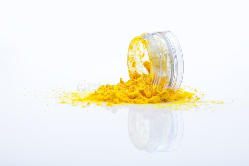 Verschüttetes gelbes Verfassungspuder stockbild