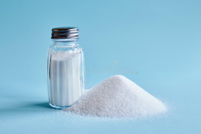 Verschüttetes Salz und Salzschüttel-apparat lizenzfreie stockbilder