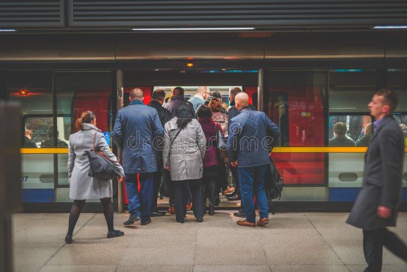 Verschalender Zug der Leute während der Hauptverkehrszeit bei Canary Wharf, Station lizenzfreies stockbild