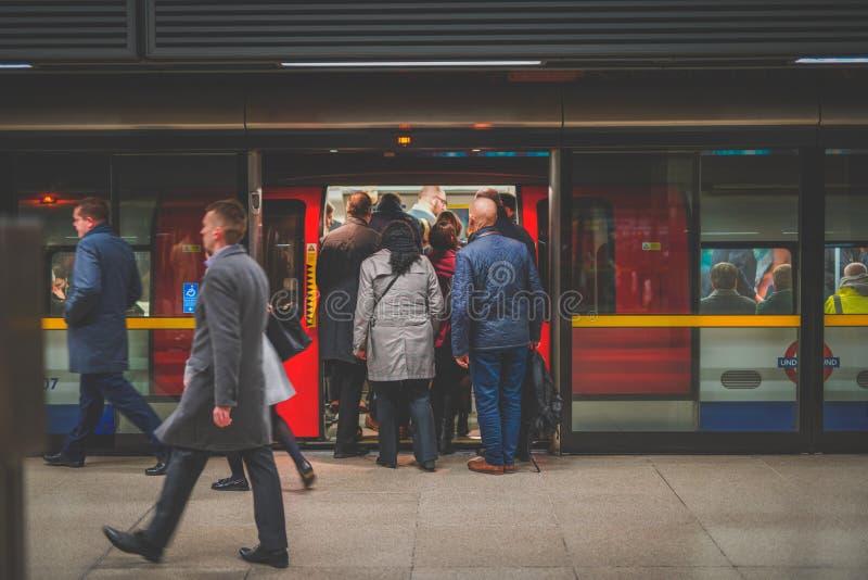 Verschalender Zug der Leute während der Hauptverkehrszeit bei Canary Wharf, Station lizenzfreie stockfotos