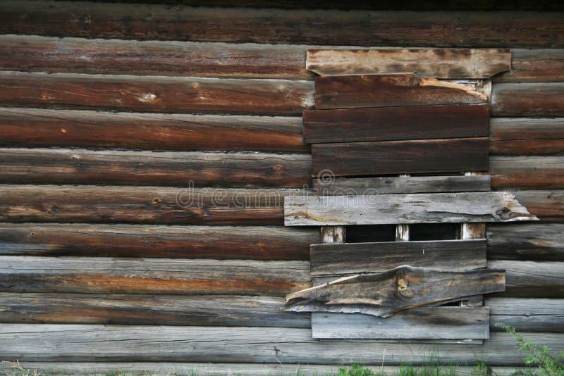 Verschaltes-oben Fenster auf einem alten verlassenen hölzernen Haus lizenzfreies stockfoto