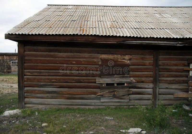 Verschaltes-oben Fenster auf einem alten verlassenen hölzernen Haus stockbilder