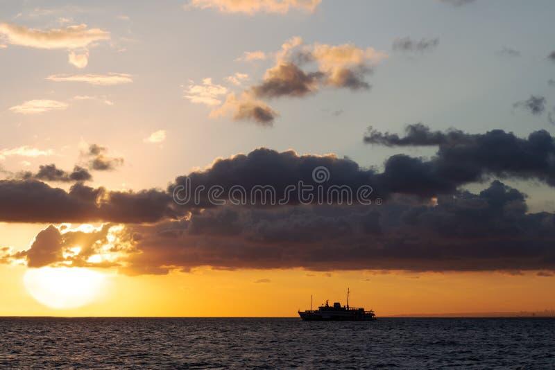 verscheep dat zeilen in een heldere gele zonsondergang dichtbij de Eilanden van Istanboel royalty-vrije stock afbeeldingen