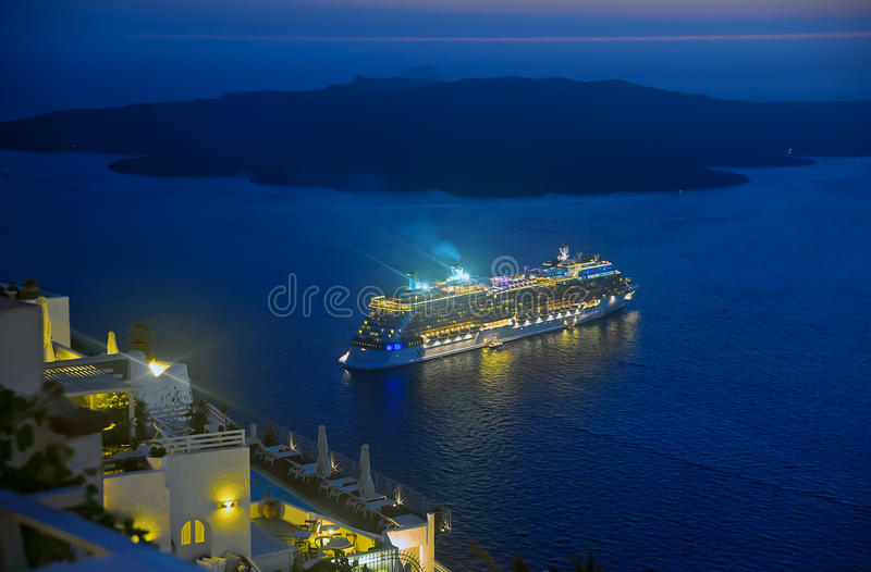 Verscheep het varen vanaf Santorini bij nacht royalty-vrije stock afbeelding