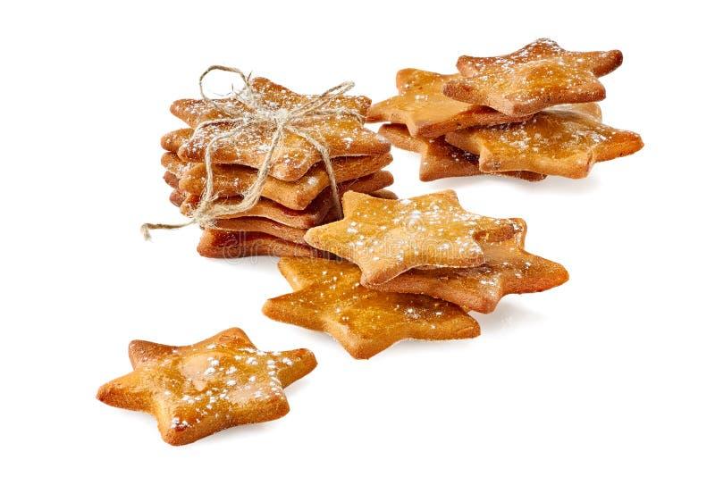 Verscheiden gestapelde gemberkoekjes met gepoederde suiker op wit royalty-vrije stock afbeeldingen