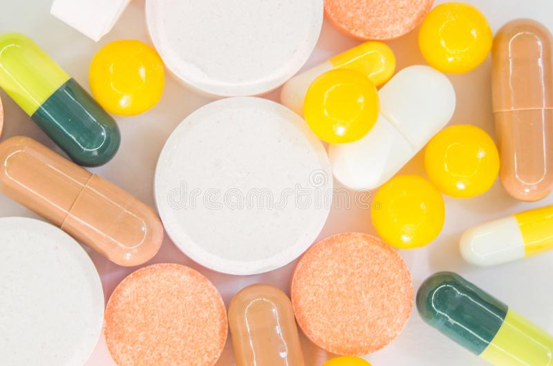 Verscheidene drugs Ronde en ovale Tabletten en capsules geschotene close-up stock foto's