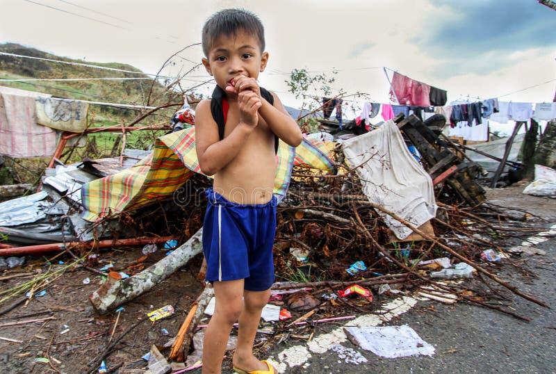 Verscheidene duizenden verlieten daklozen in de nasleep van Tyfoon Haiyan royalty-vrije stock foto