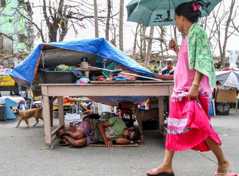 Verscheidene duizenden verlieten daklozen in de nasleep van Tyfoon Haiyan stock afbeeldingen