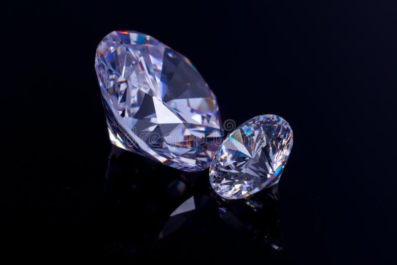 Verscheidene elegante kristallen van Swarovski op een zwarte spiegeloppervlakte, een flikkering en een fonkeling stock afbeelding