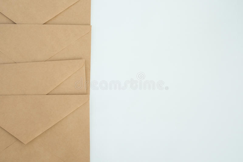 Verscheidene enveloppen van bruin brievendocument, op wit close-up als achtergrond, hoogste mening royalty-vrije stock afbeeldingen