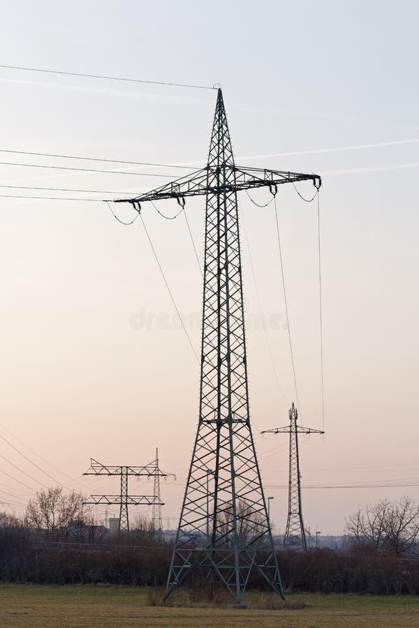 Verscheidene grote elektriciteitspylonen in verschillende types stock afbeeldingen