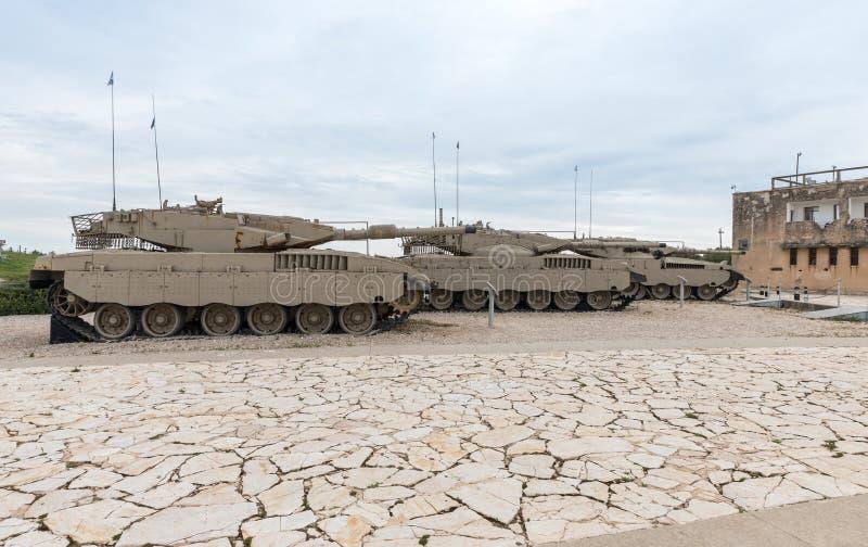 Verscheidene Israëlische Merkava-tanks zijn op Herdenkingsplaats en het Gepantserde Korpsenmuseum in Latrun, Israël royalty-vrije stock foto