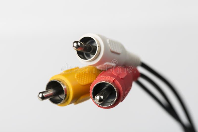 Verscheidene kabels met RCA-schakelaars voor audio en video op witte achtergrond royalty-vrije stock afbeeldingen
