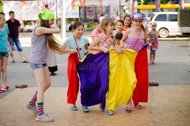 Verscheidene kinderen klaar om in genaaide zakken bij een piraatpartij D te vluchten royalty-vrije stock fotografie