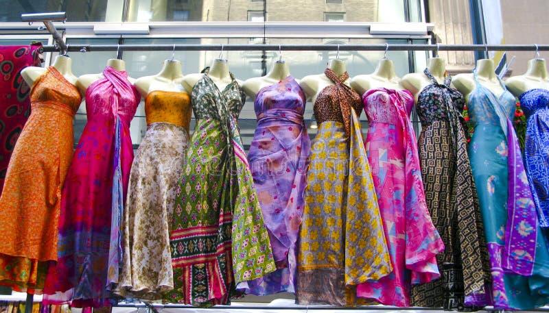 Verscheidene kleding die omhoog bij een markt hangen royalty-vrije stock fotografie