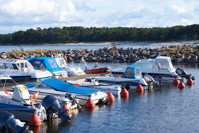 Verscheidene kleine motorboten legden in de kleine haven op de Oostzee vast royalty-vrije stock fotografie