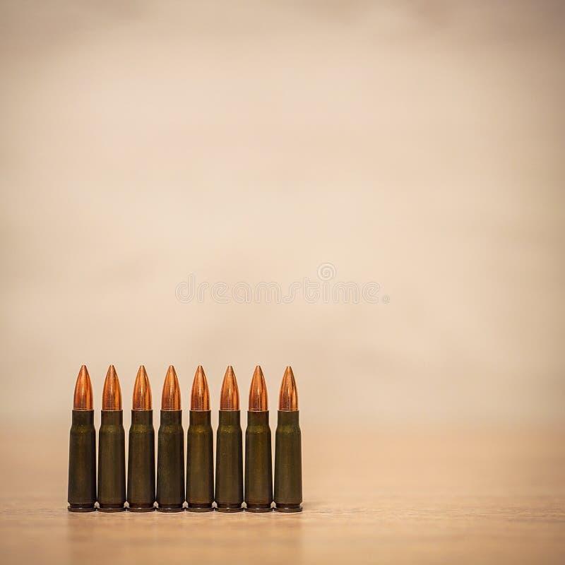 Verscheidene kogels op een houten achtergrond royalty-vrije stock afbeelding