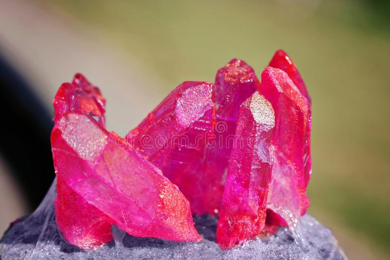 Verscheidene lilac kristallen op de steen stock foto