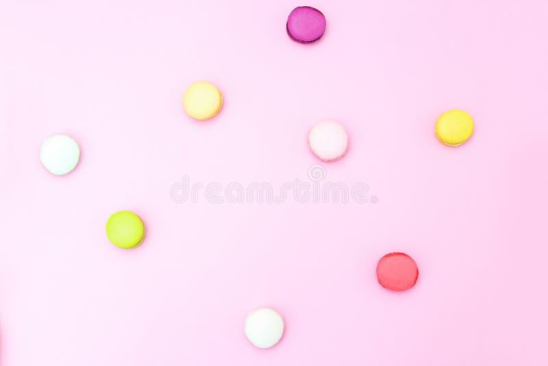 Verscheidene makarons multicolored op een roze achtergrond Vlak leg royalty-vrije stock afbeelding