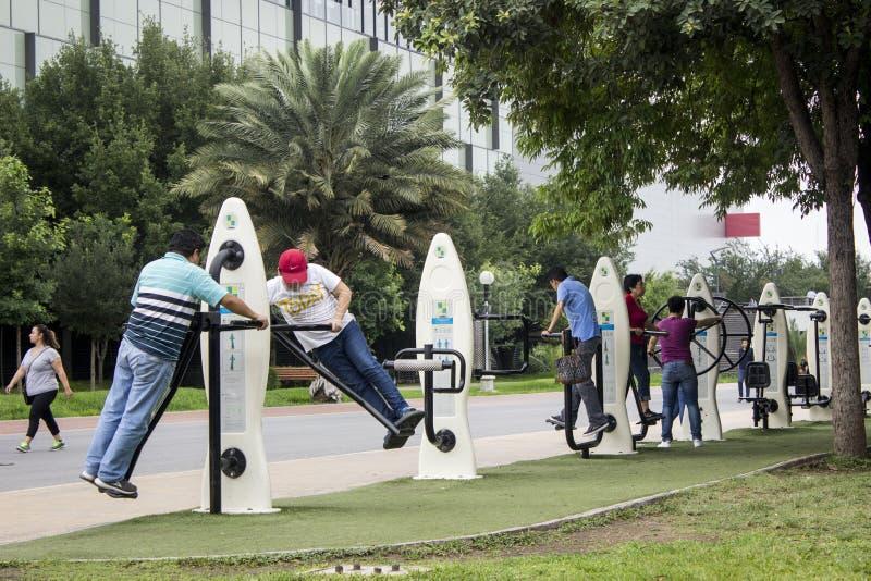 Verscheidene mensen die op een geschiktheidsgebied uitoefenen van een openbaar park royalty-vrije stock foto's