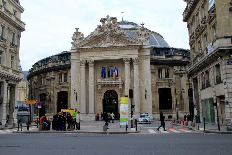 Verscheidene mensen die over straat lopen of zich in groepen, Forum des Halles, Parijs, Frankrijk, 2016 bevinden stock fotografie
