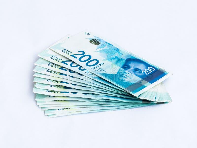 Verscheidene nieuwe bankbiljetten met een waarde van 200 Israëlische nieuwe sjekels op een witte achtergrond royalty-vrije stock fotografie