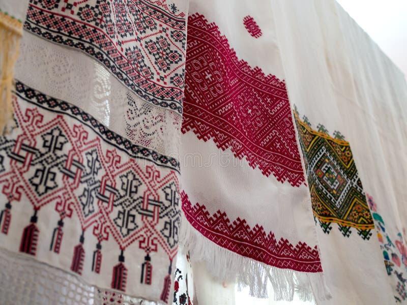Verscheidene oude handdoeken met Oekraïens nationaal patroon royalty-vrije stock foto
