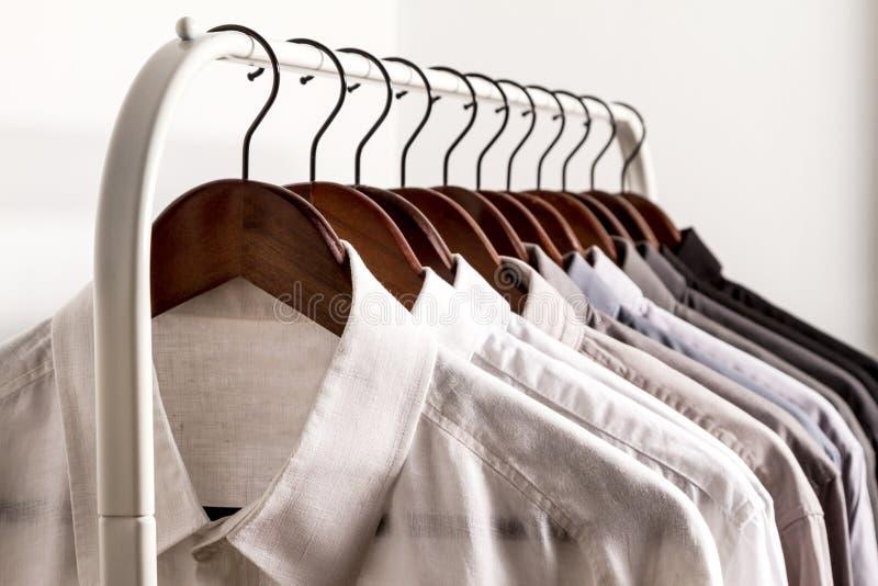 Verscheidene overhemden op een hanger royalty-vrije stock afbeelding
