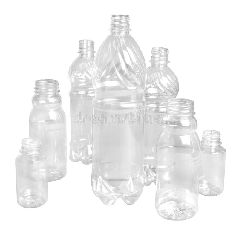 Verscheidene plastic flessen van verschillende grootte en voor andere doelen op een wit ge?soleerde achtergrond Close-up royalty-vrije stock afbeelding