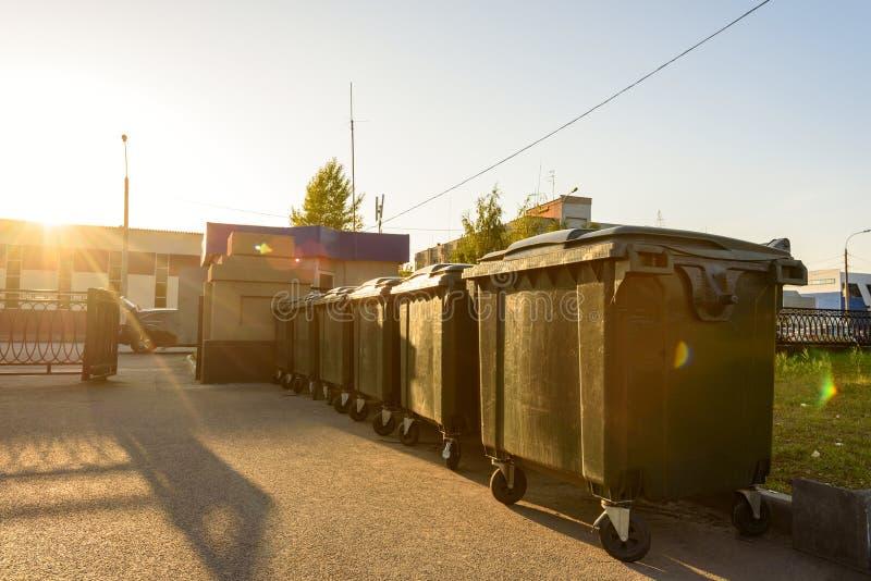 Verscheidene plastic groene huisvuilcontainers in het stadspark, afzonderlijke afvalinzameling, recycling, ecologie stock foto