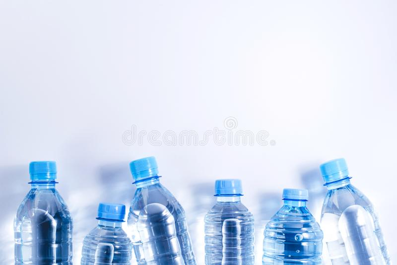 Verscheidene plastic waterflessen op witte achtergrond royalty-vrije stock afbeelding