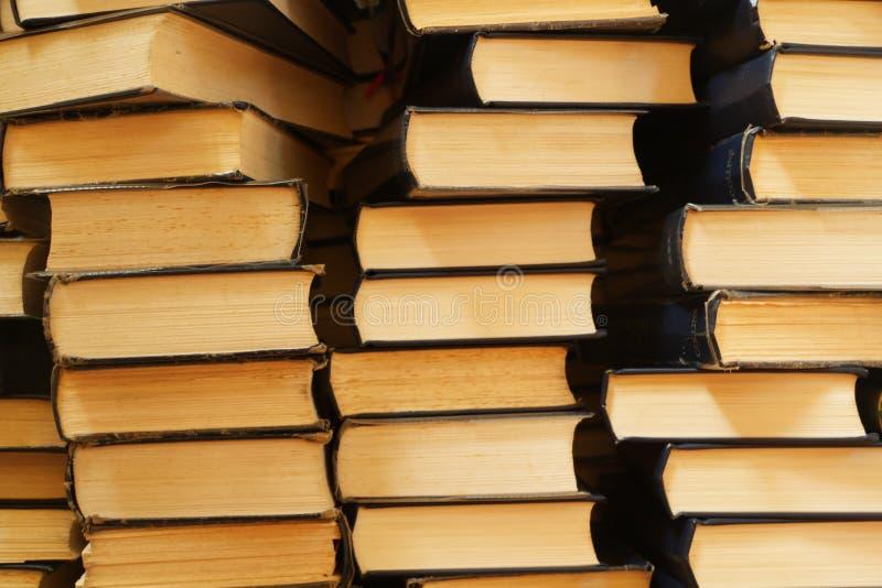 Verscheidene stapels oude boeken stock foto's