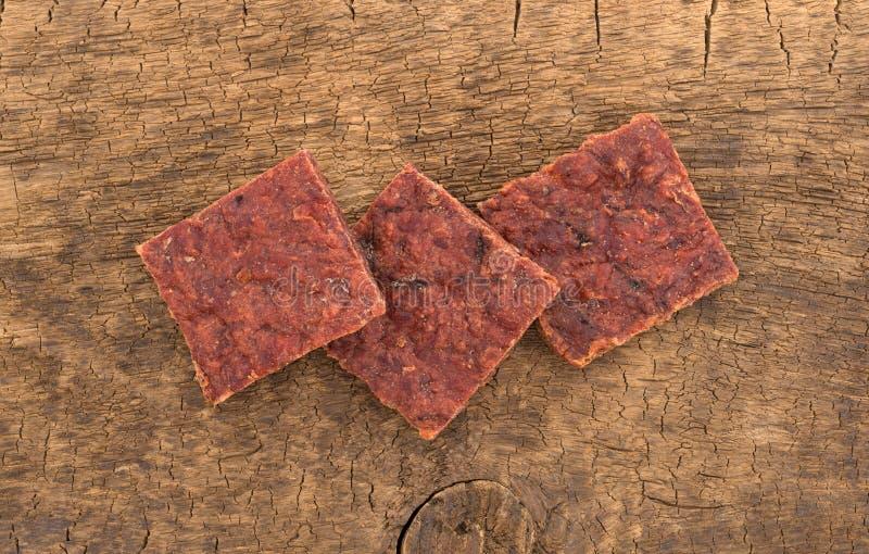 Verscheidene stukken van peppered rundvlees schokkerig op een raad royalty-vrije stock afbeelding