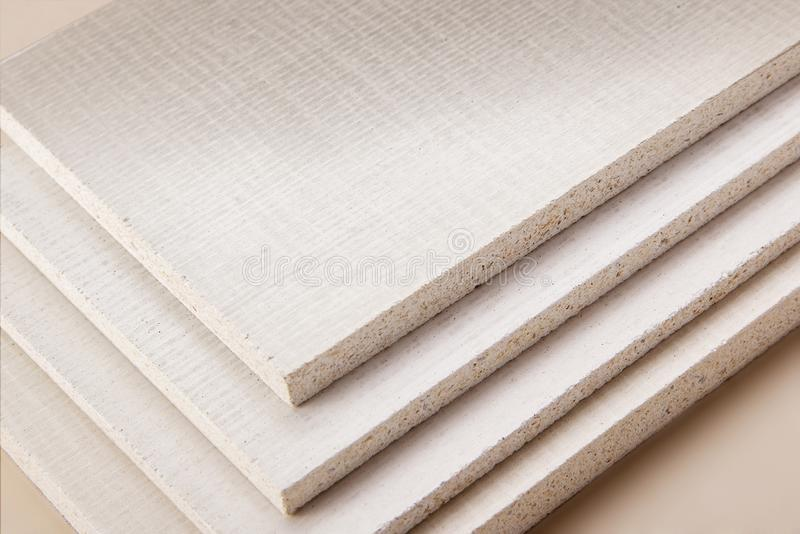Verscheidene stukken van spaanplaat met textuur op witte achtergrond stock foto's