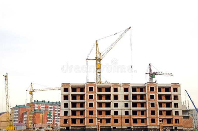 Verscheidene torenkranen in verrichting Grote bouw stock foto