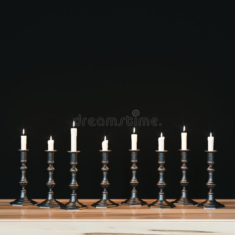 Verscheidene uitstekende kandelaars op houten nightstand stock illustratie