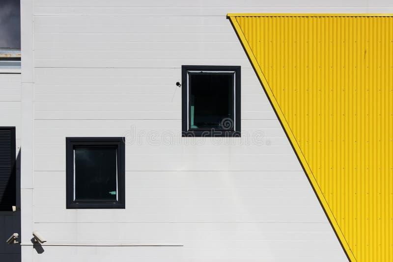 verscheidene vensters en videocamera's in een groot winkelcentrum op een beige en gele achtergrond, voorgevel royalty-vrije stock foto's