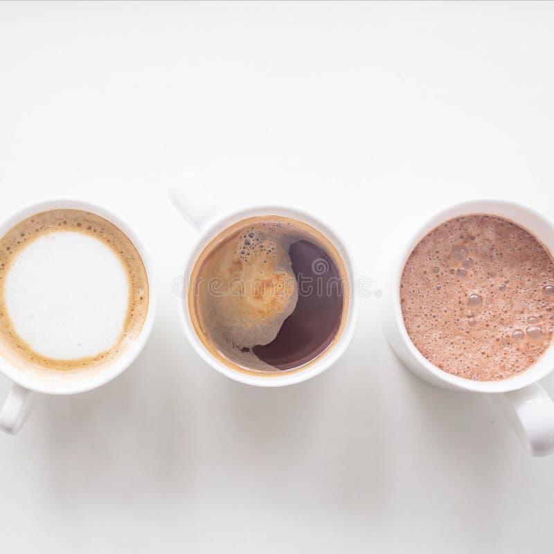 Verscheidene verschillende hete dranken op de witte lijst - het menu van de koffiewinkel stock foto's