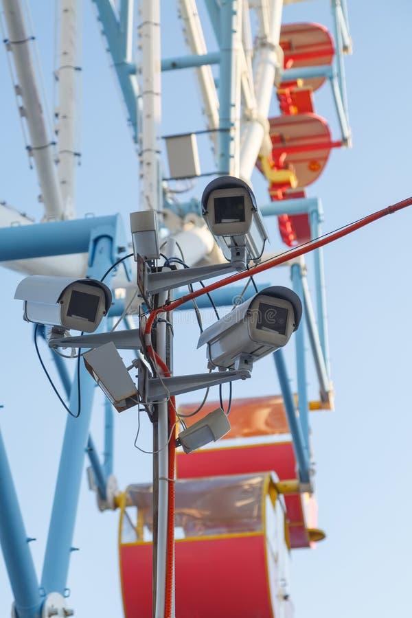 Verscheidene videocamera's controleren de openbare orde in het pretpark stock afbeeldingen