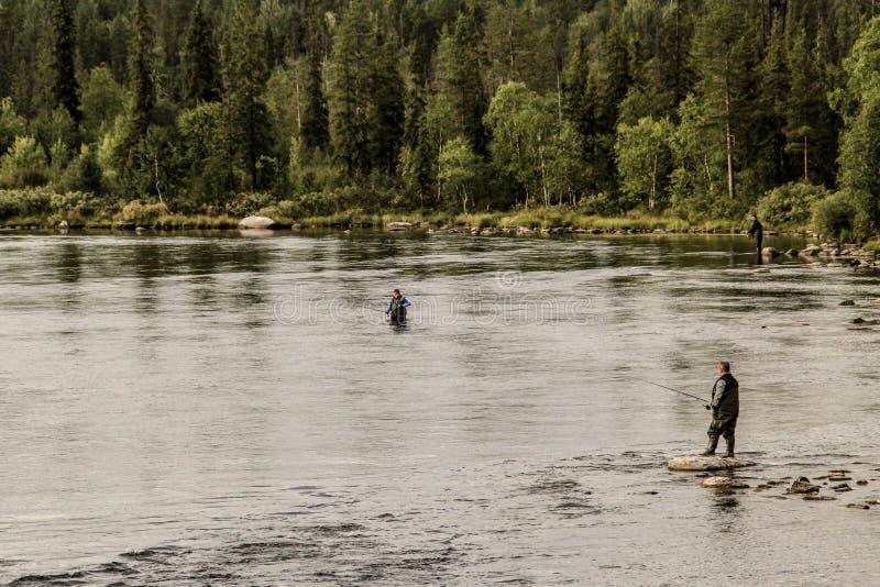 verscheidene vissers vangen vissen in Imandra-meer in Karelië royalty-vrije stock foto