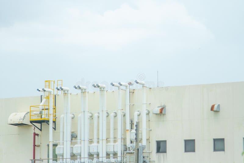 Verscheidene witte ventilatieopeningen worden gevestigd naast het gebouw stock fotografie