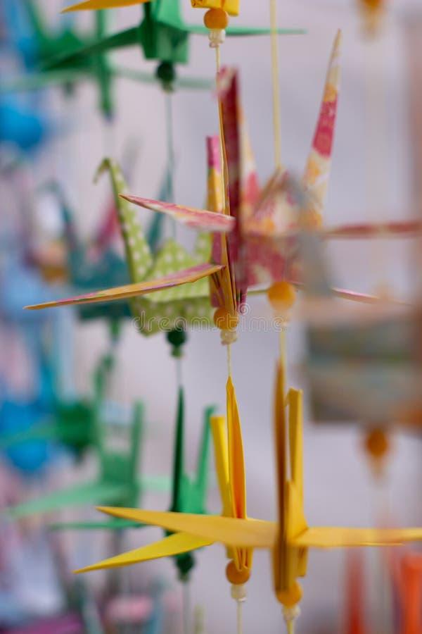 Verscheidene zwanen van decoratieve kleuren maakten in document Kleurrijke origami van Japan Document in dierlijke vormen wordt g stock afbeeldingen