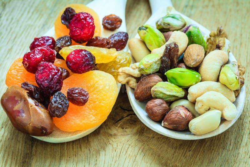 Verscheidenheden van droge vruchten en noten op houten lepels royalty-vrije stock fotografie