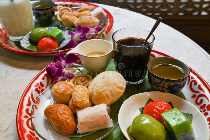 Verscheidenheden van het lokale dessert van Phuket met thee, koffie en amandelmelk royalty-vrije stock foto