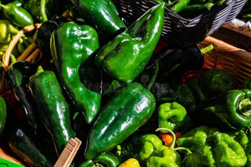 Verscheidenheden van peper bij Landbouwersmarkt stock foto