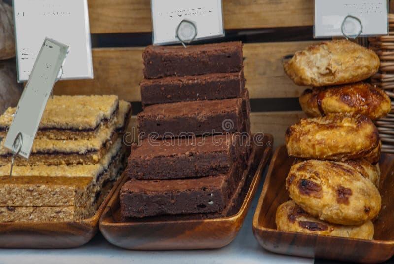 Verscheidenheid van artisanaal brood voor verkoop op een marktkraam stock foto's
