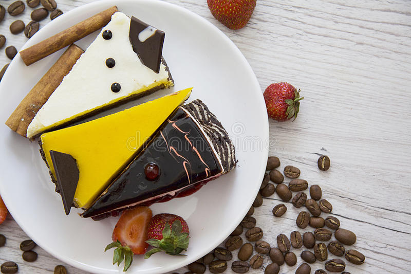 Verscheidenheid van cakes, aardbei en koffiebonen royalty-vrije stock foto's