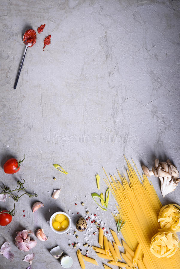 Verscheidenheid van deegwaren met tomatensaus en kwartelseieren Italiaanse keukeningrediënten over grijze achtergrond Exemplaarru stock afbeelding