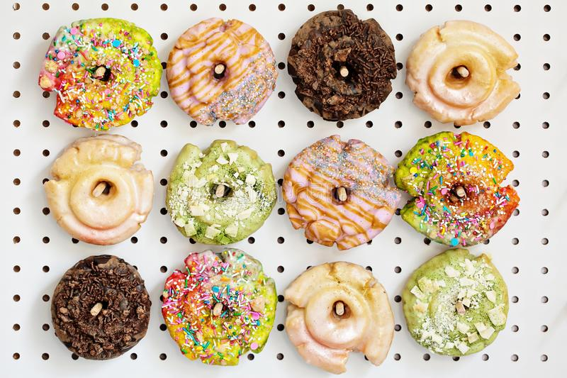 Verscheidenheid van donuts op een pinraad stock fotografie