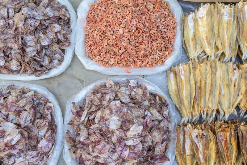 Verscheidenheid van droge vissen op een Aziatische markt stock fotografie